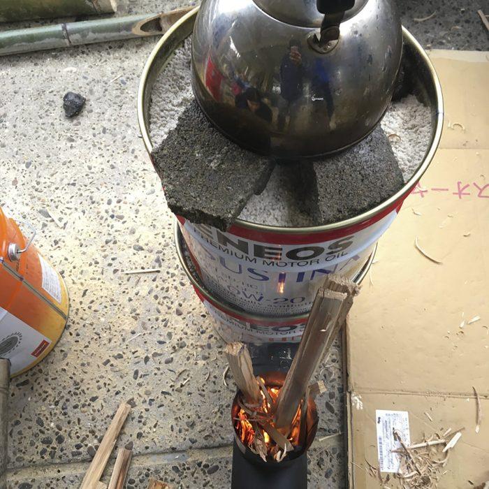 ボランティアさんとまかない調理用のロケットストーブを作ったよ