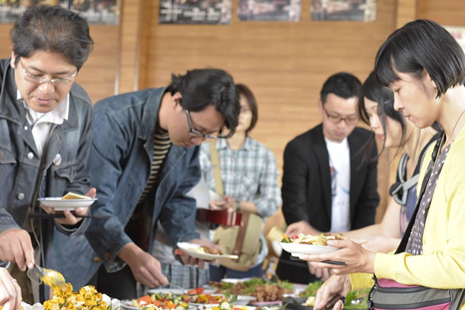 オープン記念パーティー、食事の様子