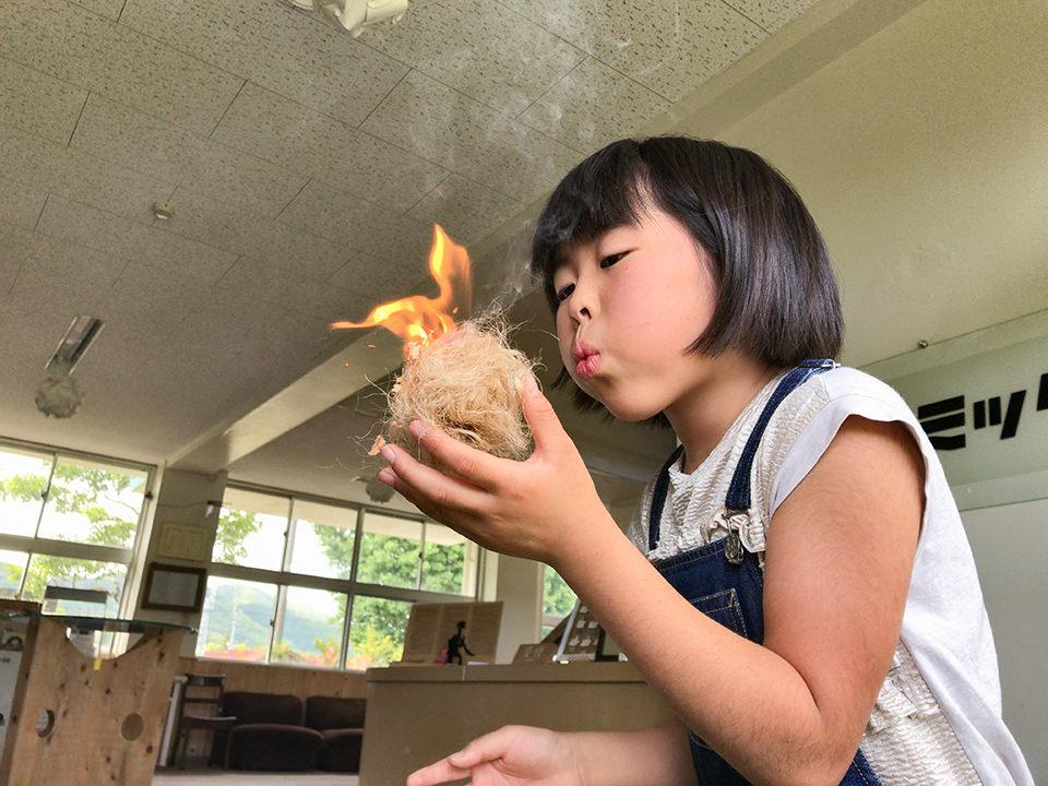 川畑小学校PTAさんご来訪、火起こしと羽ばたき飛行機製作をご体験