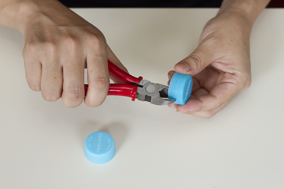 ペットボトルキャップをニッパーで切る