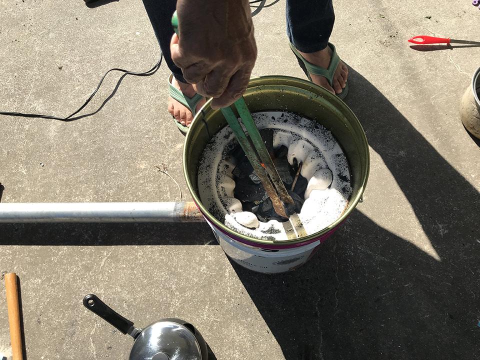 七輪改に木炭を入れる