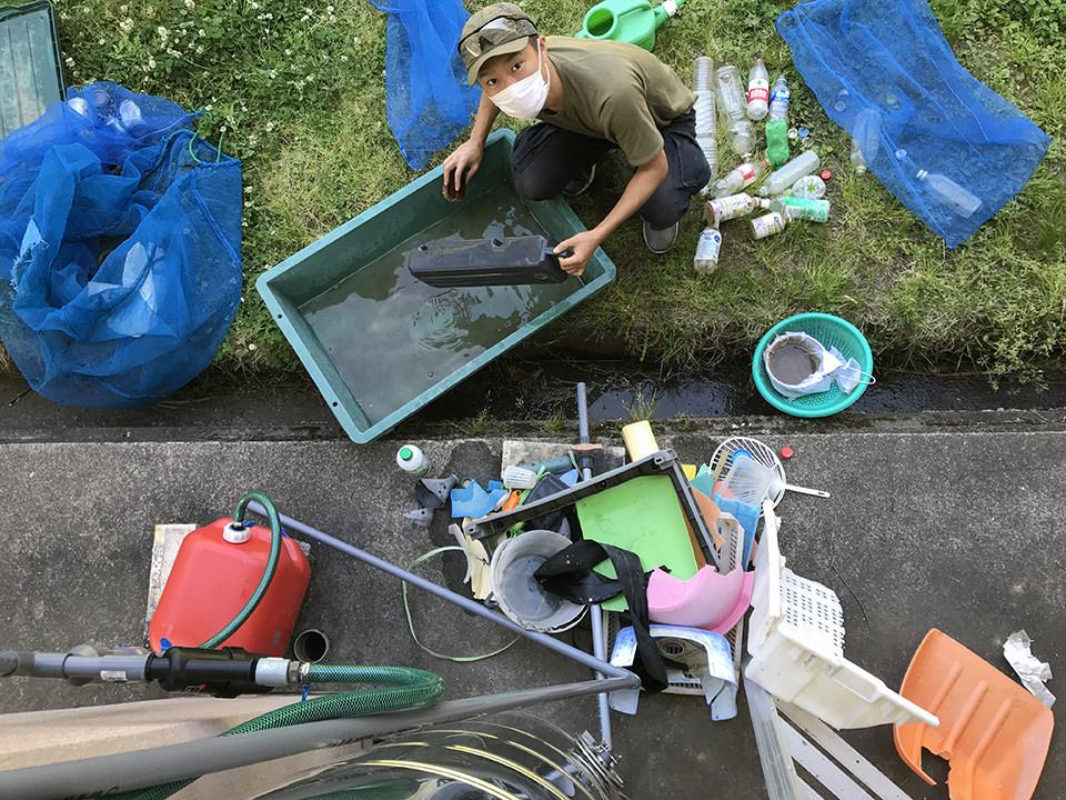 海岸清掃で拾ったものを洗う