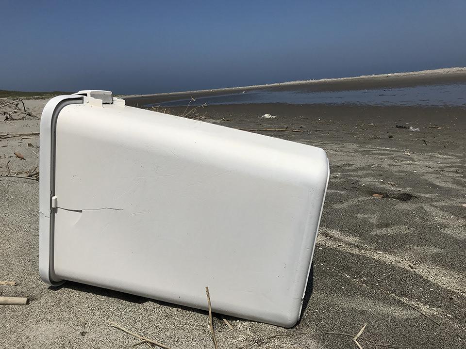 海岸に落ちている大きなゴミ箱