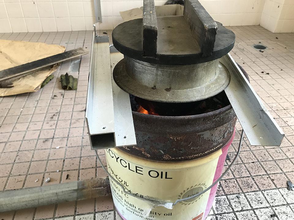 残った炭でご飯を炊いた