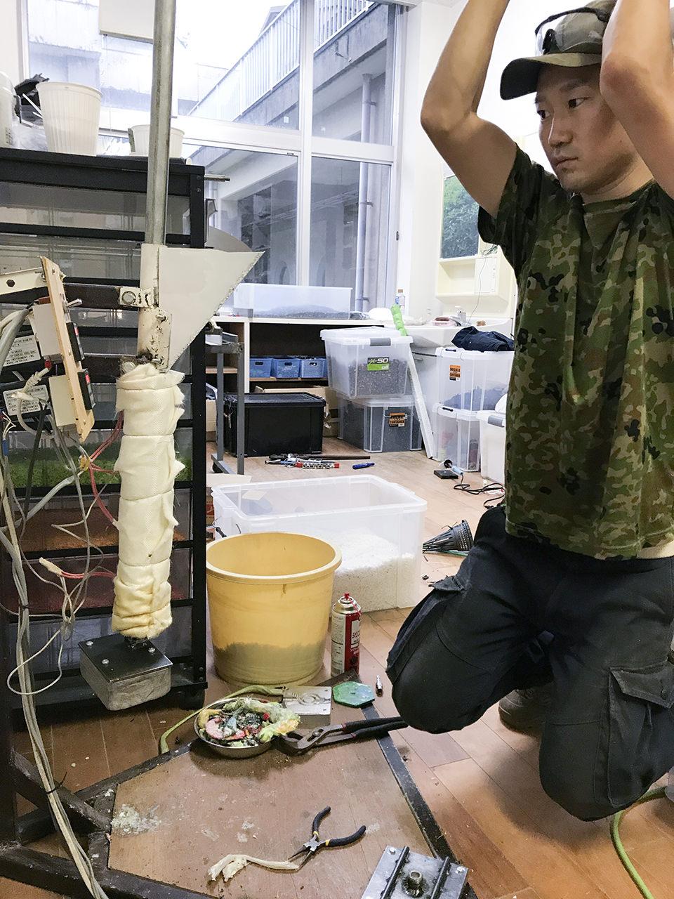 自作の射出成形機の押し出しレバーを人力で引く